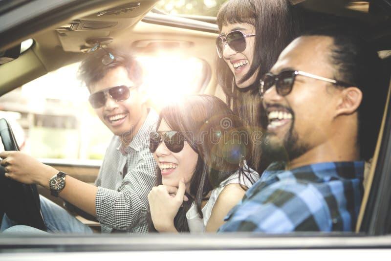 Homem asiático que viaja com seus amigos imagens de stock royalty free