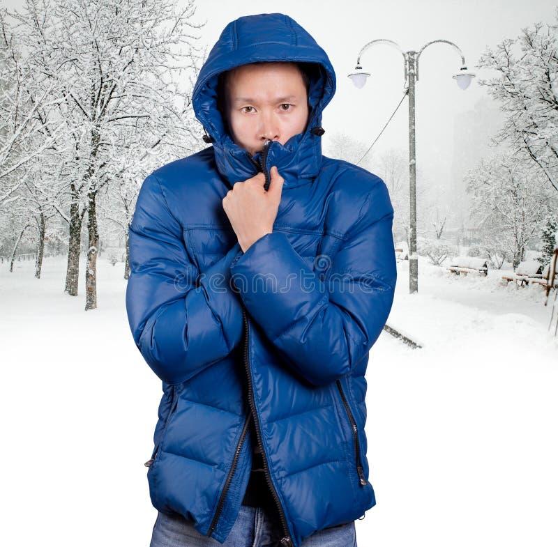 Homem asiático triste no azul foto de stock