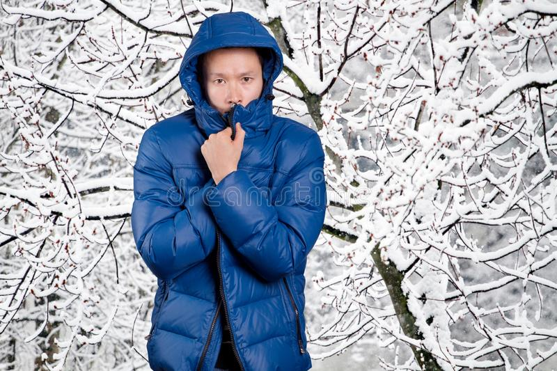 Homem asiático triste no azul fotografia de stock royalty free
