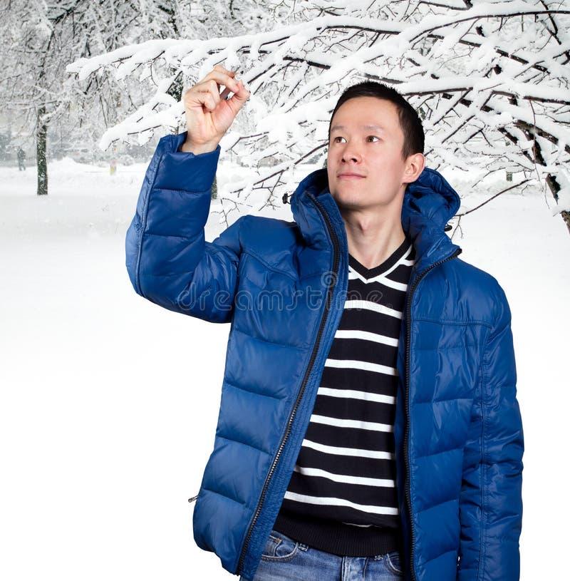 Homem asiático triste no azul imagem de stock