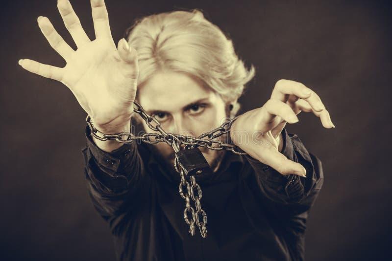 Homem assustado com mãos acorrentadas, nenhuma liberdade imagem de stock royalty free