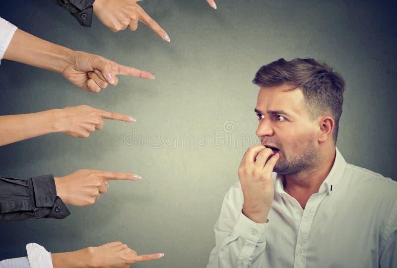 Homem assustado com opinião pública foto de stock royalty free