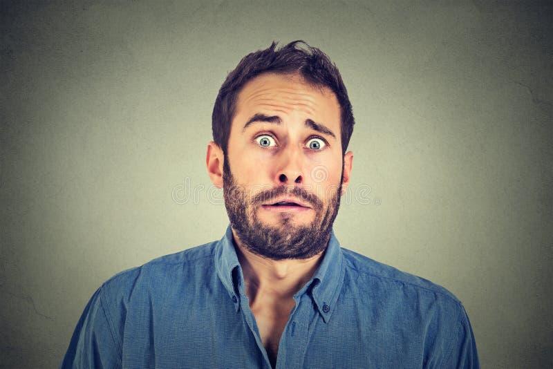 Homem assustado interessado fotografia de stock royalty free