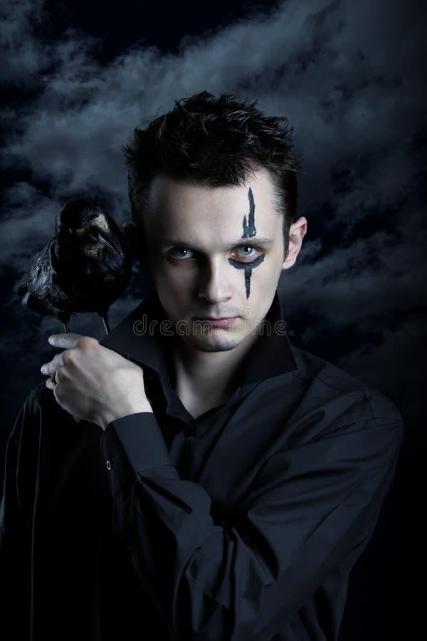 Homem assustador com corvo fotos de stock