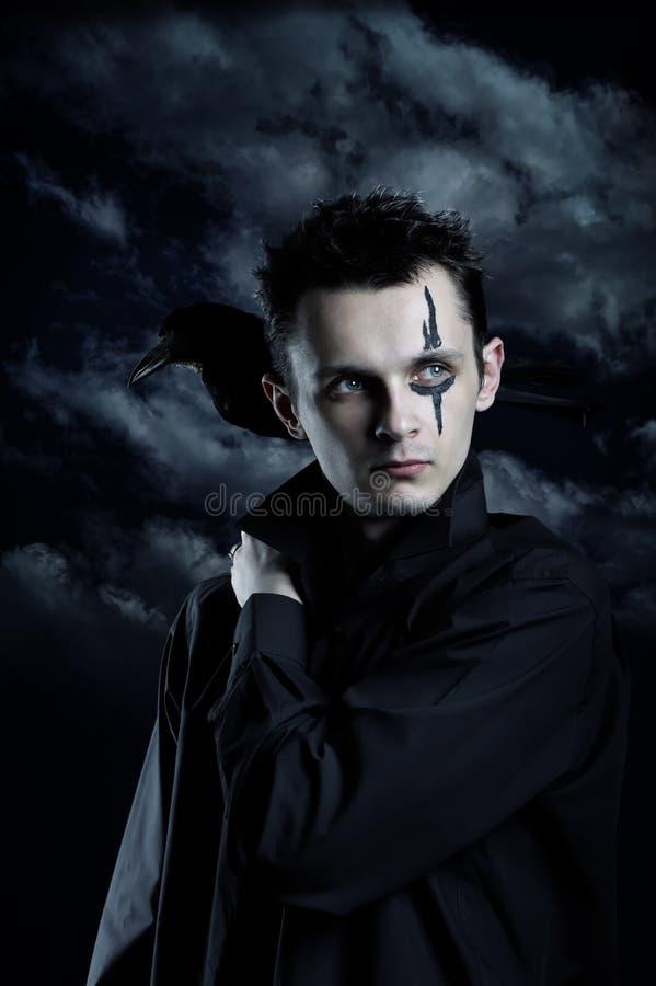 Homem assustador com corvo foto de stock