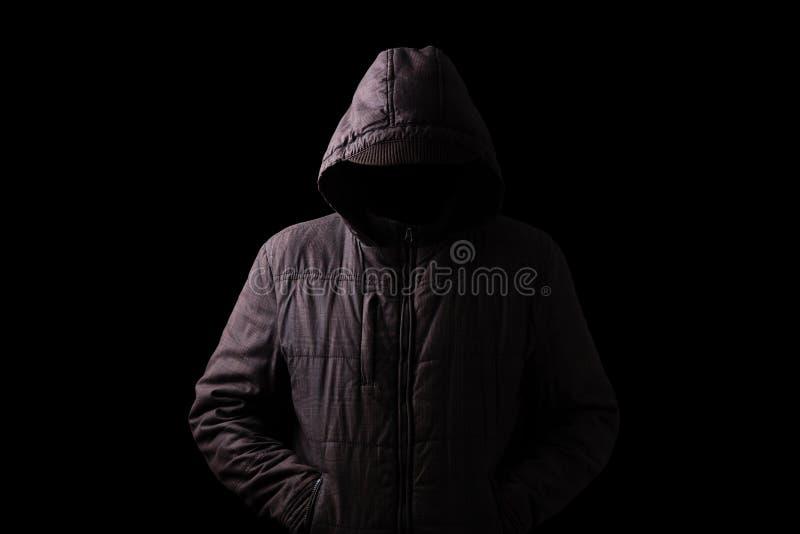 Homem assustador e assustador que esconde nas sombras fotografia de stock