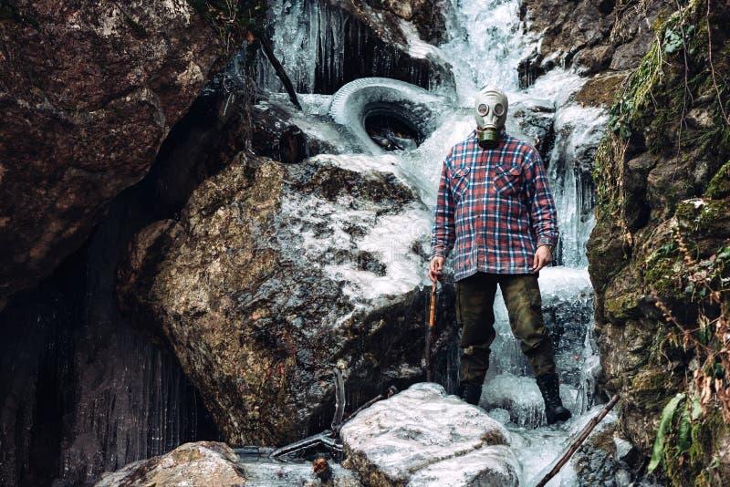 Homem assustador na cachoeira congelada imagem de stock