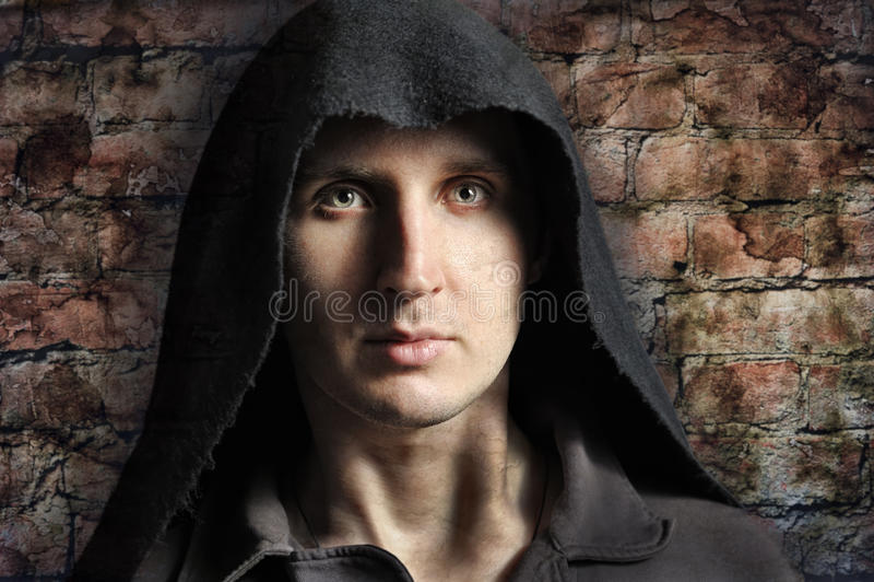 Homem assustador na capa imagens de stock royalty free