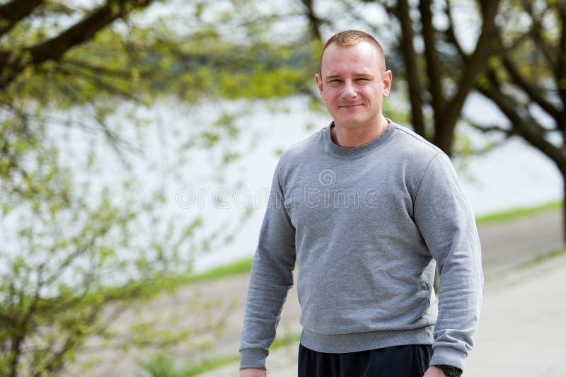 Homem ativo com corpo atlético, outdoore do exercício no parque Olhar apto fotografia de stock royalty free