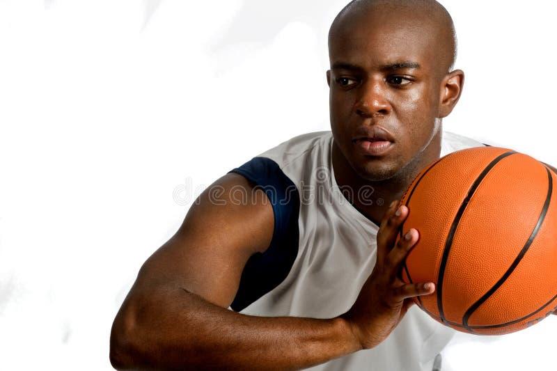 Homem atlético com basquetebol imagens de stock
