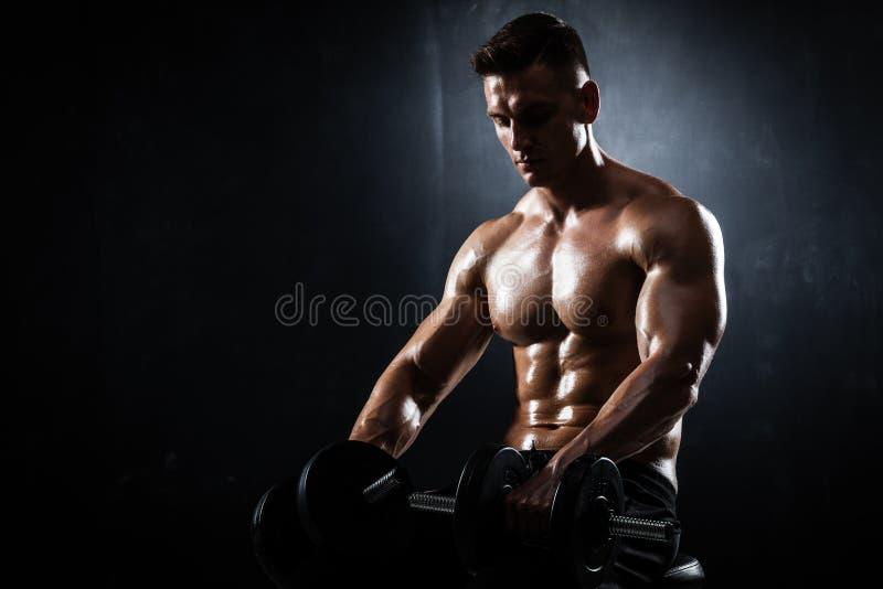 Homem atlético com pesos fotografia de stock
