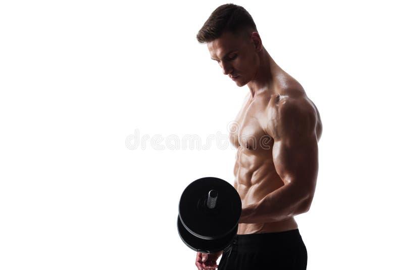 Homem atlético com pesos foto de stock