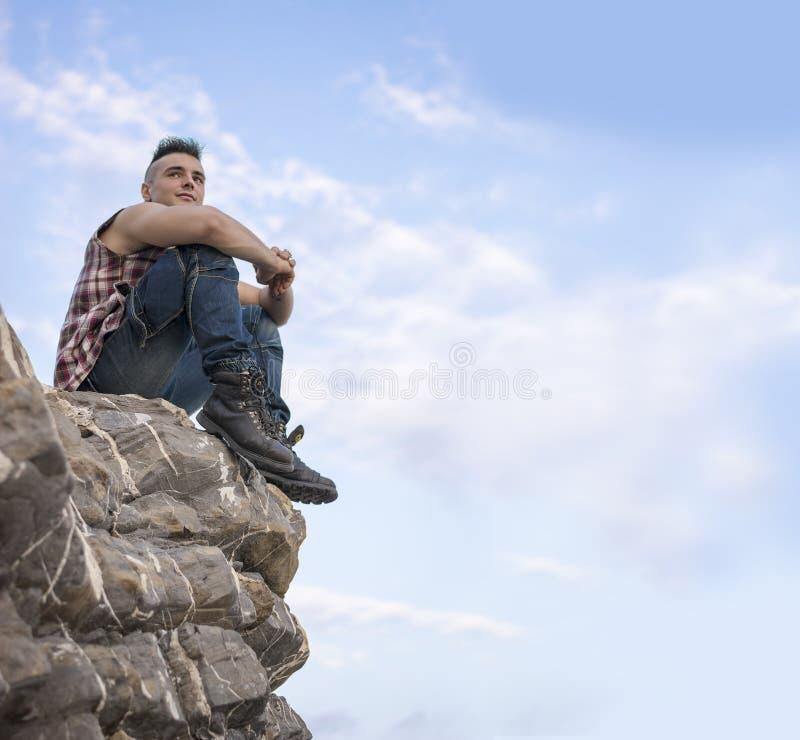 Homem atlético considerável que olha afastado contra o céu fotografia de stock royalty free