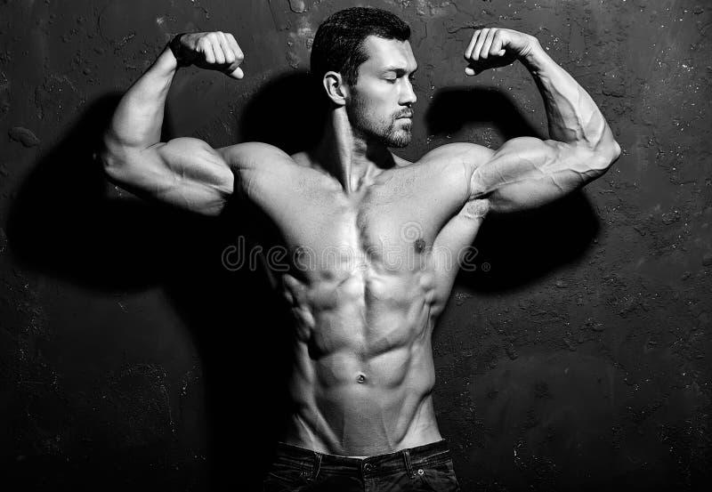 Homem atlético considerável saudável forte fotografia de stock royalty free