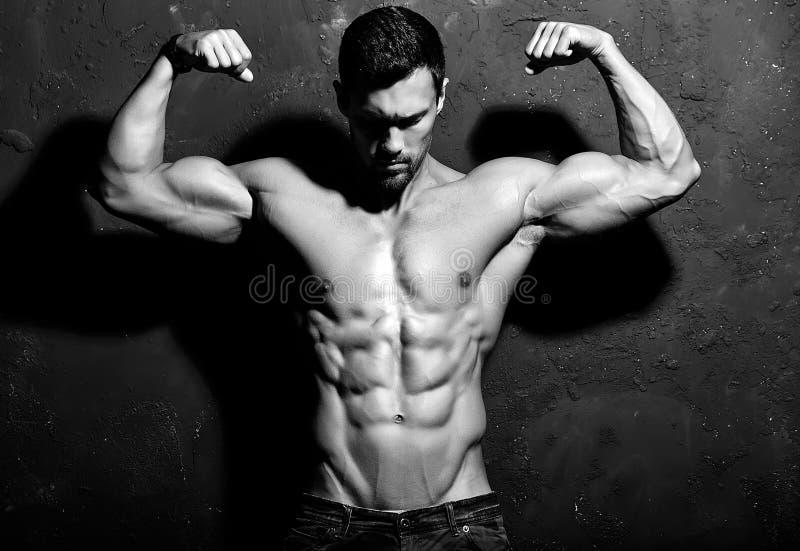 Homem atlético considerável saudável forte foto de stock