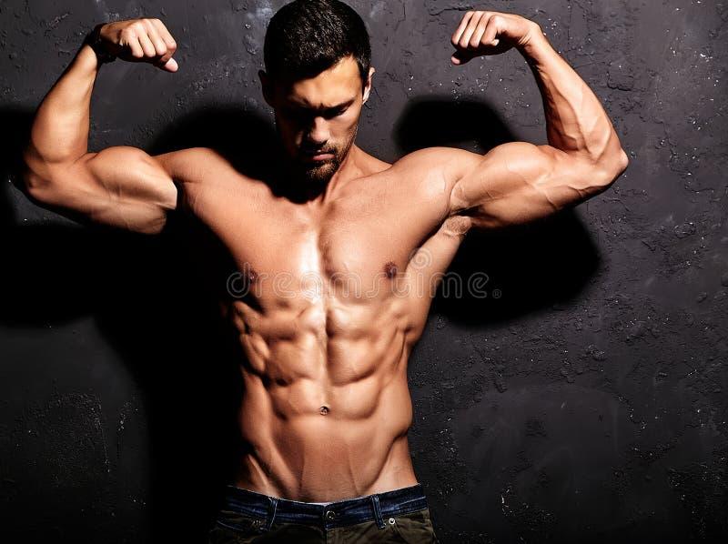 Homem atlético considerável saudável forte imagens de stock
