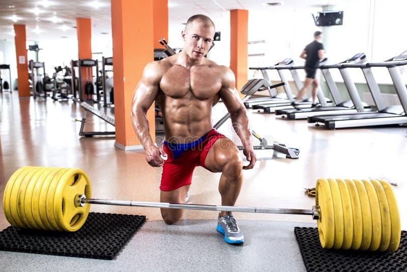 Homem atlético do corpo perfeito fotografia de stock royalty free