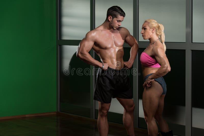 Homem atlético e mulher que fazem o exercício da aptidão imagens de stock