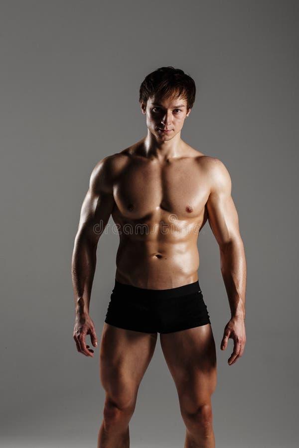 Homem atlético forte que mostra o Abs do corpo muscular e do sixpack Showi fotografia de stock