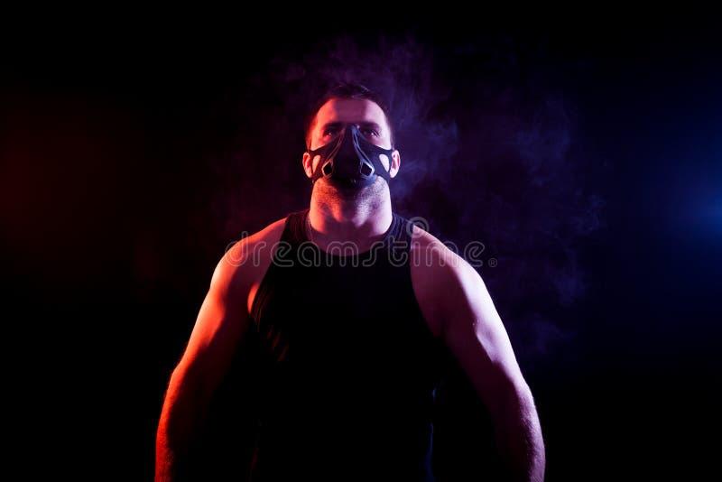 Homem atlético na máscara do treinamento imagens de stock royalty free