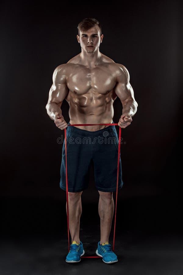 Homem atlético novo que exercita e que faz a aptidão imagem de stock