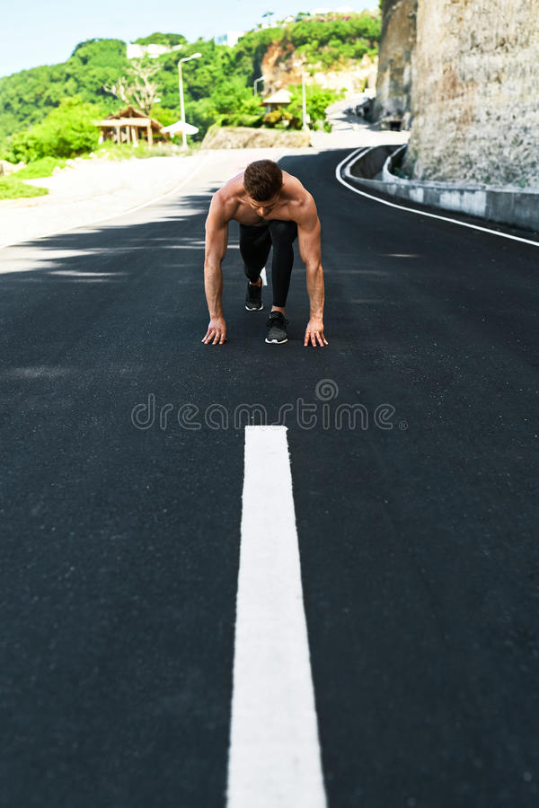 Homem atlético pronto para começar correr fora Conceito do exercício dos esportes foto de stock