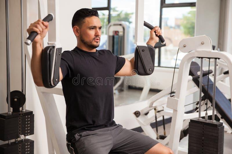 Homem atlético que constrói algum músculo imagens de stock royalty free