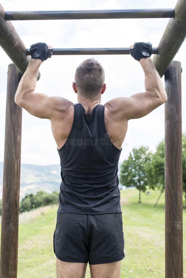 Homem atlético que exercita e que treina, exterior imagens de stock royalty free