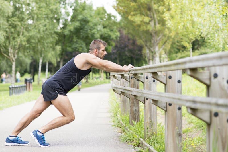 Homem atlético que faz as flexões de braço, exteriores fotos de stock