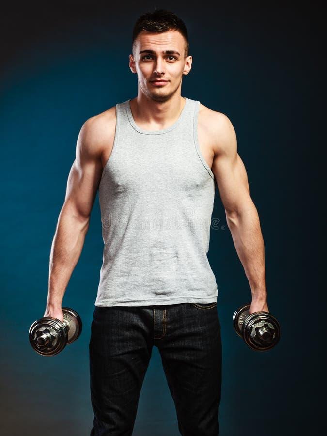 Homem atlético que trabalha com pesos pesados foto de stock royalty free
