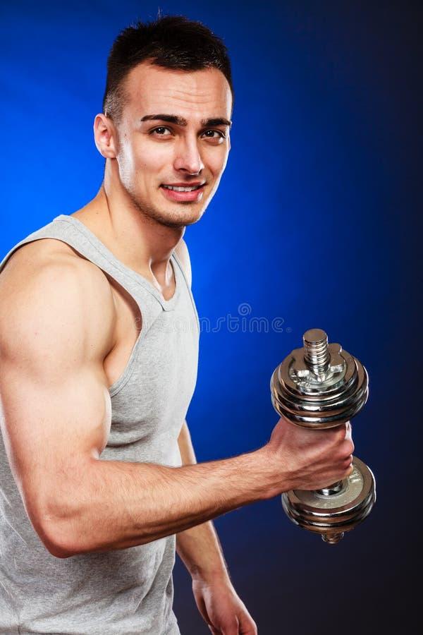 Homem atlético que trabalha com pesos pesados fotos de stock royalty free