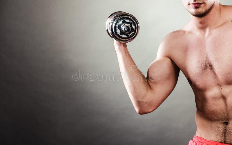 Homem atlético que trabalha com pesos pesados foto de stock