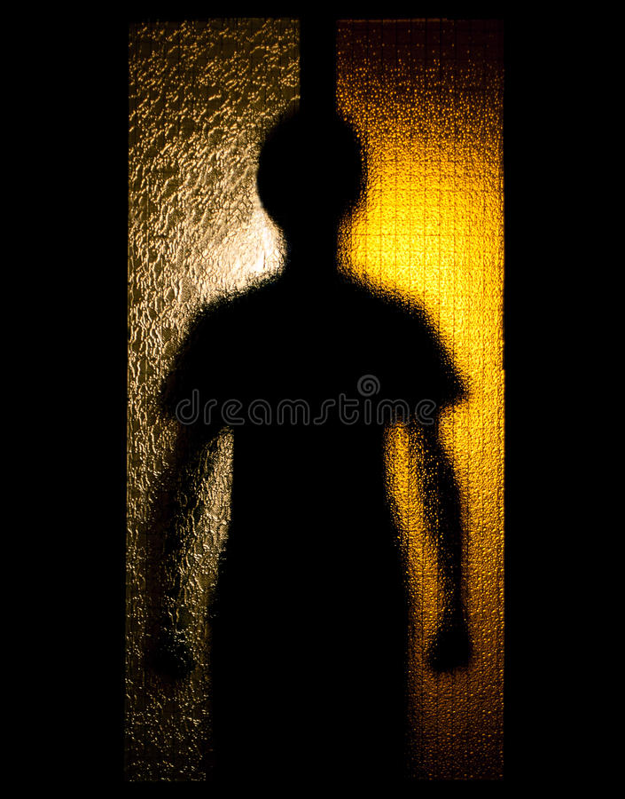 Homem atrás da porta de vidro fotografia de stock royalty free