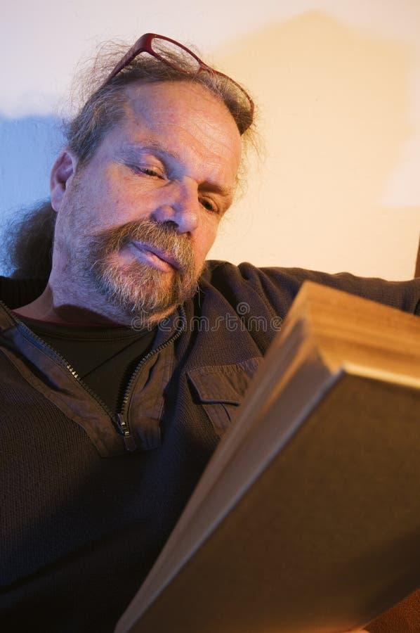 Homem atrás do livro fotos de stock