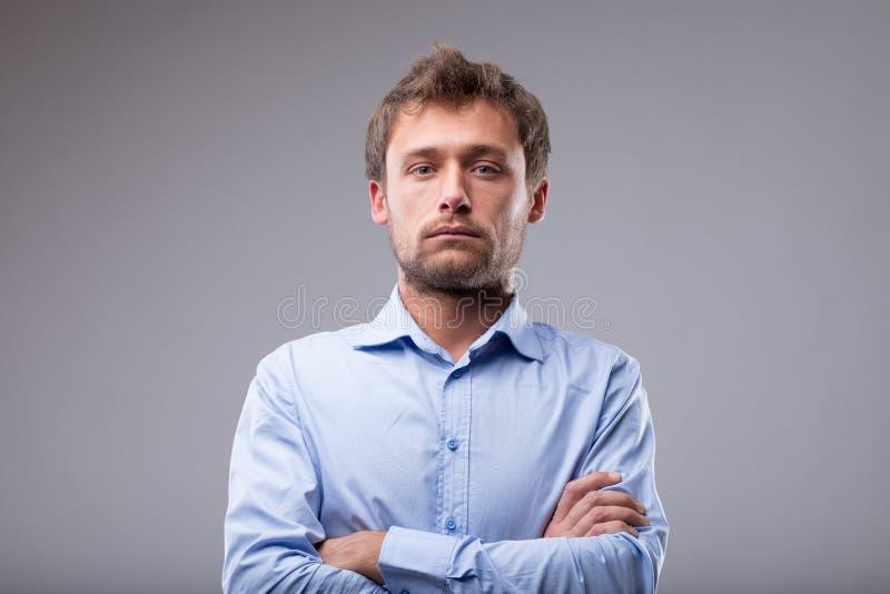 Homem atrativo com uma expressão inexpressivo fotos de stock