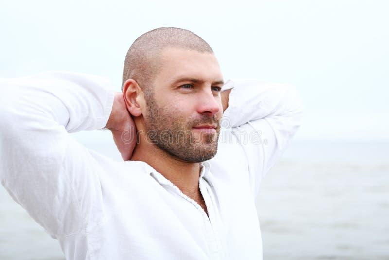 Homem atrativo e feliz na praia imagens de stock