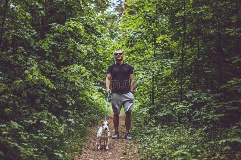Homem atrativo na floresta foto de stock