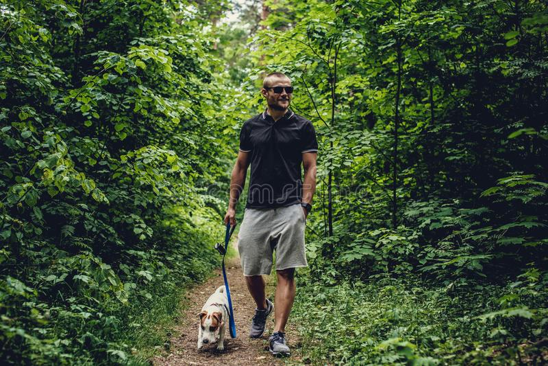 Homem atrativo na floresta fotografia de stock royalty free