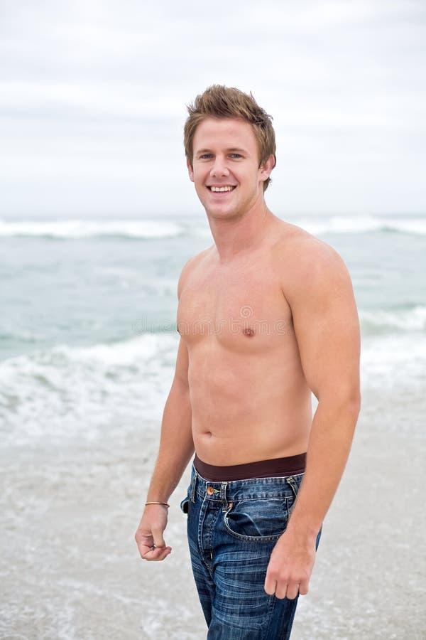 Homem atrativo na praia fotografia de stock royalty free