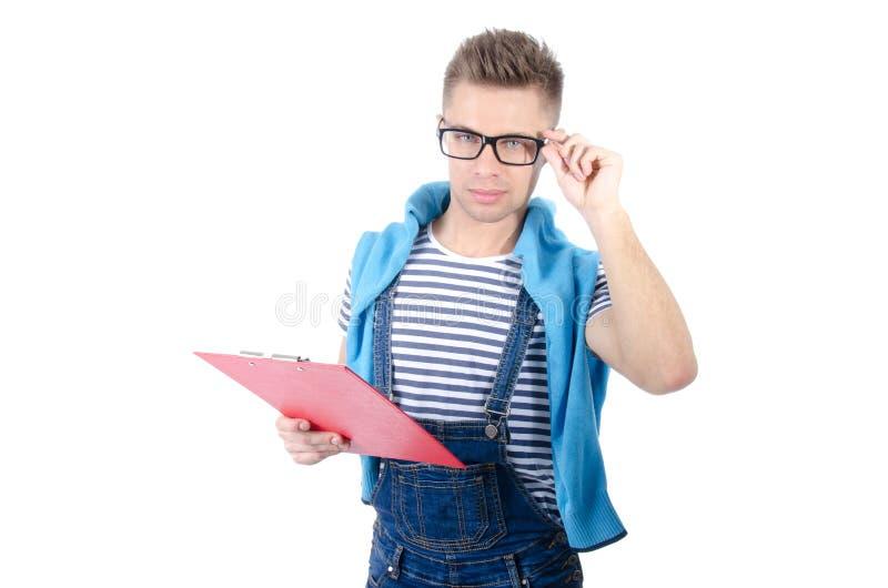 Homem atrativo novo que guarda uma prancheta Sorriso e alegria imagens de stock