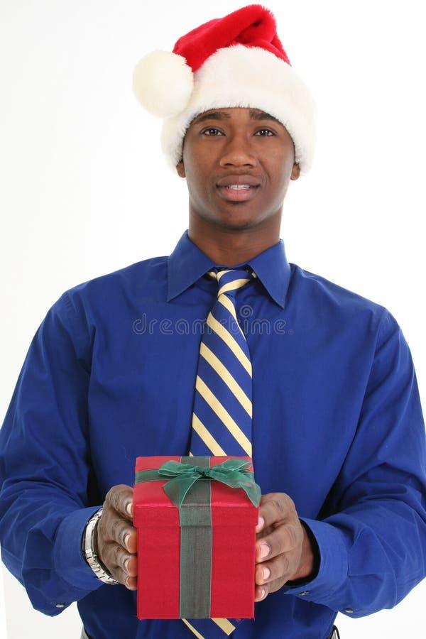 Homem atrativo que dá o presente foto de stock