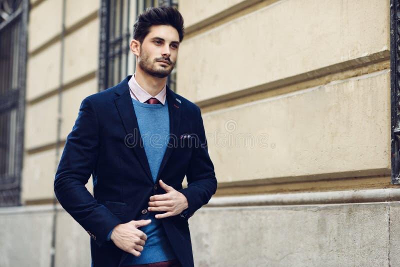 Homem atrativo que veste o terno elegante britânico na rua moder imagem de stock royalty free