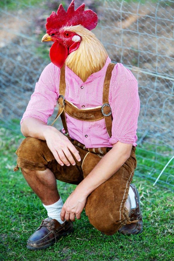 Homem bávaro com uma cabeça da galinha imagens de stock royalty free
