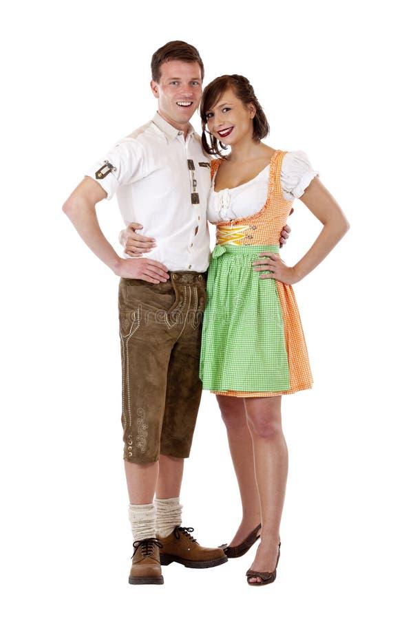 Homem bávaro em e mulher no sorriso feliz imagem de stock
