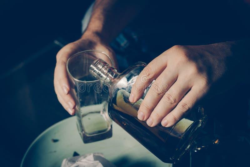 Homem bêbado no sofá Alcoolismo, apego de álcool, droga addic fotos de stock