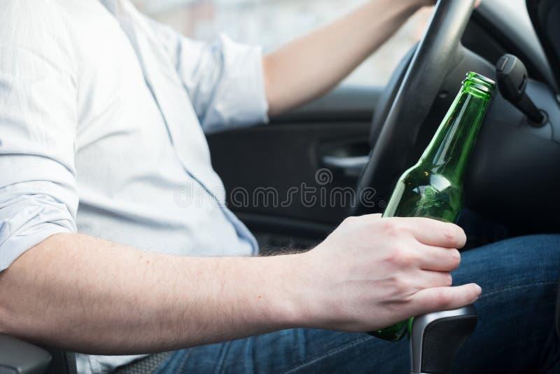 Homem bêbado que conduzem o carro e queda adormecida imagem de stock