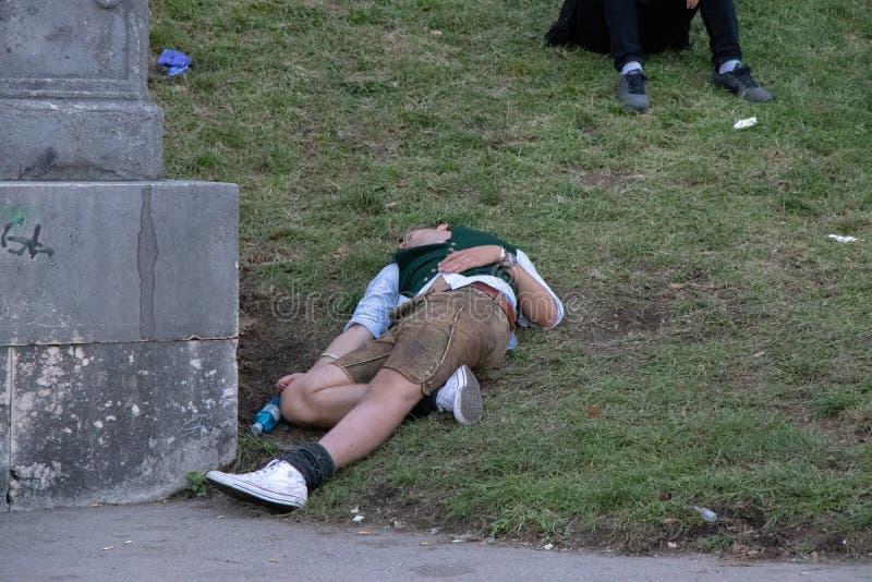 Homem bêbado que dorme em Baviera, Oktoberfest, Munich fotografia de stock royalty free