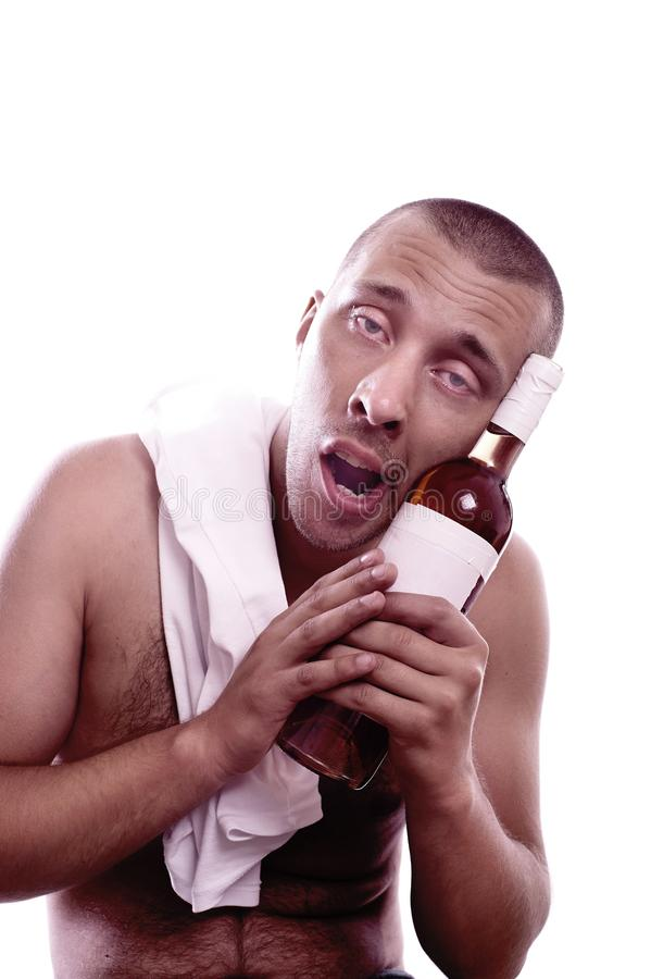Homem bêbado que senta-se com garrafa imagem de stock