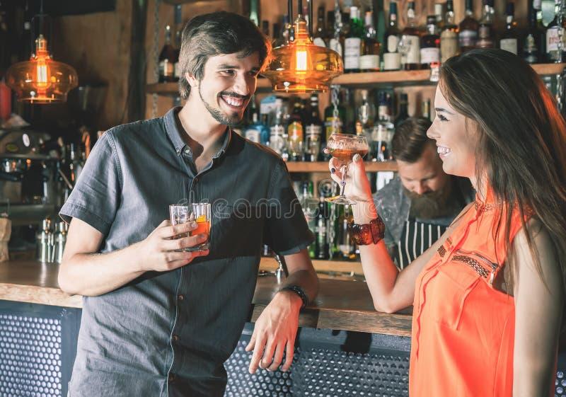 Homem bêbado que senta-se na barra, cocktail bebendo, olhando meninas imagens de stock royalty free