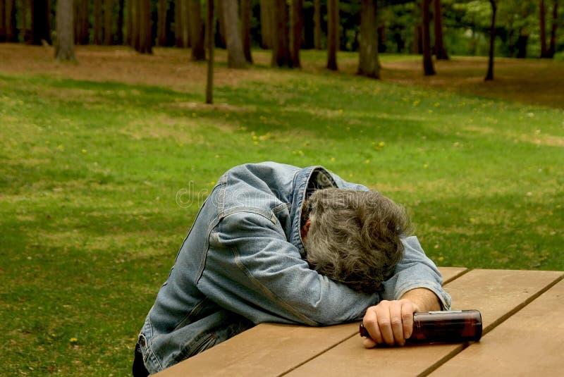 Homem bêbedo no parque fotos de stock royalty free